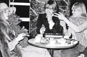 То, как Анита начала крутить с Брайаном - это реально из той же оперы, как Стоунз стали Стоунз. Она практически единолично спланировала культурную революцию в Лондоне, подружив Стоунз с  золотой молодежью. И как многое в ту эру, всё началось с вечеринки...