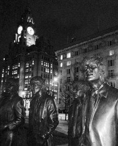 Памятник ночью смотрится тоже неплохо.