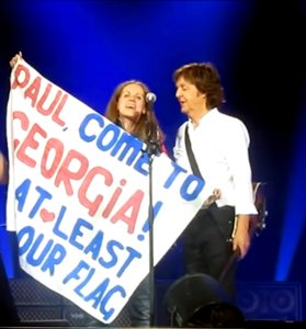 «Hello Georgia!»: Пол Маккартни оставил автограф на флаге Грузии