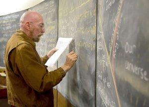 Профессор Кип Торн в «Интерстелларе» - пишет на доске формулы гравитации, которые потом по сюжету фильма спасут наш мир
