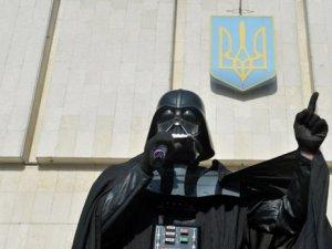последняя фраза - May the Force be with you  - аллюзия на СтарВорс