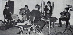 Подозрителен правда, Мартин на клавишных. Да не простых, а электрических. Это значит, что звук песни на репетиции был полностью иной. Да и что играл продюсер - аккомпанемент или мелодию.