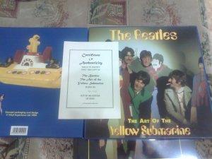 и еще оттуда же книга в специальной коробке, чуть-чуть меньше по размеру винилового носителя )))