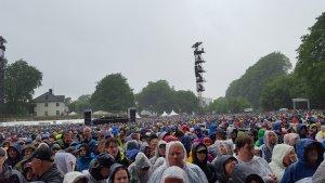 Зонтики выбрасывать не заставляли (с ними стояли только в очереди, на концертной площади, даже перед концертом, никто под зонтами не стоял - только в плащах). Даже странно, почему-то ни один человек не бросил зонтик на сцену:) Кто был в Париже 30 мая, поймёт о чём я:)
