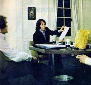 * Нил Аспиналл и Пол Маккартни в офисе фирмы Эппл.