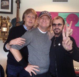* Старр также опубликовал в Twitter фото с американским гитаристом Джо Уолшом из группы Eagles. Он отметил, что рок-музыкант тоже принял участие в записи пластинки.