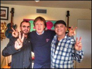 """* Продюсер и музыкант Bruce Sugar, который работал на последних альбомах Ринго Старра, также опубликовал фотографию со знаменательной встречи двух участников Битлз, сопроводив её подписью: """"Волшебный день в студии с этими ребятами."""