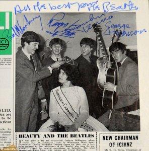 Экземпляр газеты с поддельными автографами Битлз, сделанными Джоном Ленноным, выставлен на продажу по цене в £ 1500