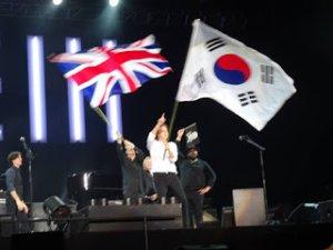 А вот то, что Beatles News Insider http://beatlesheadlines.blogspot.ru/2017/04/paul-mccartney-first-night-budokan.html разместил под видом фото из Будокана ))) Наверно для репортажа нужно было обязательно фото с флагом. Поискали, нашли что-то похожее, не разобравшись разместили - репортаж готов! И даже сенсация получилась (в узких кругах) - Маккартни флаг перепутал )))
