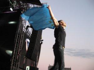 Особые эмоции вызвали крымские поклонники. До чего приятно, что несмотря на сложную ситуацию, много крымчан приехало на концерт. Во время исполнения песни они протянули на сцену свой крымский национальный флаг. Вакарчук тут же его подхватил. В руках артиста он смотрелся очень символично.