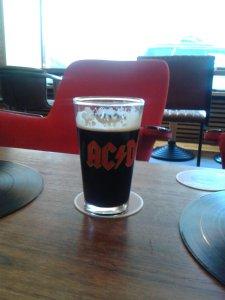 Вот в таких бокалах подают пиво в баре Imagine.