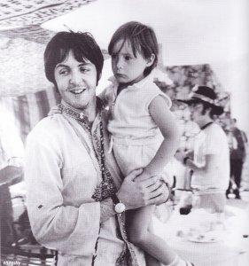 23 июля 1967 Битлз на отдыхе в Греции. Пол с Джулианом.
