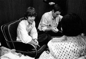 Джордж Харрисон из The Beatles даёт интервью японской музыкальной журналистке Rumiko Hoshika в офисе Международного Амфитеатра Чикаго, 12 августа 1966 года.