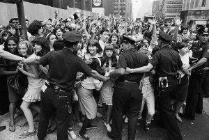 13 августа 1965  Фаны около отеля The Warwick, полиция сдерживает толпу