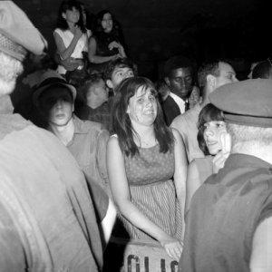 Фаны рядом с отелем Warwick полностью потрясены прибытием Beatles в Нью-Йорк, 13 августа 1965 г.