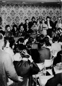 Пресс-конференция Битлз в Нью-Йорке, 13 августа 1965 года. Среди фотографов был Энди Уорхол.