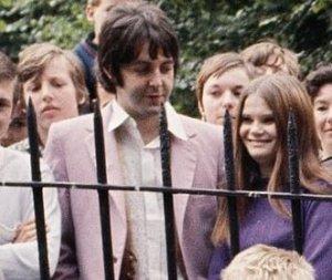 А кто эта девица рядом с Полом?В сиреневой кофте имею в виду.