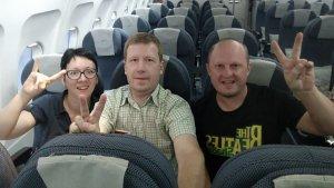 Как самые дисциплинированные туристы, мы вошли в самолет первыми и получили бонус - возможность сфотографироваться на фоне пустого самолета. Кстати самолет был битком. Несмотря на не очень удобное время вылета.