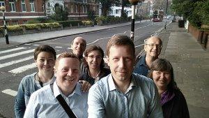 На следующий день, 23 августа, в 5:30 утра встретились для того, чтобы пойти на Abbey Road. Почему так рано? Дело в том, что именно в это время в конце лета уже рассвело, а трафик и толпы туристов ещё не начались. Поэтому можно спокойно походить по зебре и сфотографироваться на память. Ну и вообще, встретить восход на Abbey Road это круто.