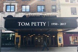 Несколько концертных площадок, на которых Том часто выступал почтили его память таким образом