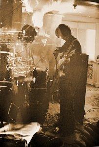В студии на сессиях записи саундтрека к фильму Степень убийства('A Degree Of Murder'). Джимми Пейдж демонстрирует Брайану свой фирменный приём - игру смычком на гитаре.