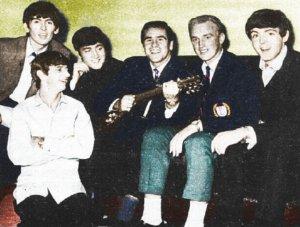 The Beatles 7 октября 1963 в Данди с футболистами клуба Данди Хью Робертсоном(с гитарой) и Джордж Райденом
