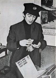 На фото: Джордж покупает альбом Бен Э. Кинга «Don't Play That Song!» в Америке в 1964 году. Этот же альбом купил и Пол.