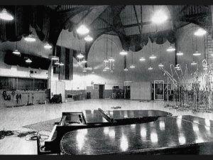 * Возможно, Пол выбрал Штаты под влиянием жены-американки, но скорее всего ему захотелось поработать в первоклассных американских студиях. И действительно, Маккартни арендовал престижные и востребованные по тем временам Columbia (CBS) Recording Studios, а именно легендарную Studio B, где записывали свои альбомы Simon & Garfunkel и Bob Dylan, а ещё раньше - Frank Sinatra, Barbra Streisand и др.