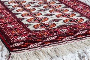 2PFC:  Хе-хе! Джон в белых кедах на туркменском ковре )))