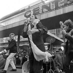 Польские рокеры тоже не остались в стороне. На волне популярности британского панк-рока и его нью-йоркской модификации — «новой волны», в Польше в начале 80-х появилось множество интересных групп, таких, как «Republika», «Maanam», «Lady Pank». Летом 1983 года группа «Maanam» записала альбом «Nocny Patrol» («Ночной патруль»). В одноименной песне альбома воссоздается атмосфера, царившая на краковских улицах зимой 1982 года — комендантский час, милицейские патрули преследуют немногочисленных актвистов и случайных прохожих.
