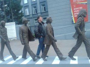 Спасибо соседям за то, что дали напрокат новосибирцам этот памятник! В Новосибирске он месяц простоял около нашего художественного музея(картинная галерея). Только последний лентяй не сфотографировался рядом с ним)) Спасибо! наша Арка Битлз(в ВК есть такая группа), кстати, за почти 40 лет так и не разрушена вандалами(шпаной), хотя конечно пришла в запустение.