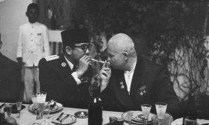 Президент Индонезии Ахмед Сукарно  подкуривает у Хрущева во время банкета.