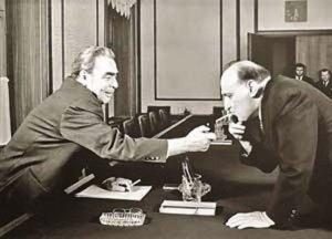 Леонид Брежнев дает прикурить Тодору Живкову.