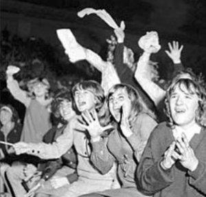 Scream and shout! Фотографии безумства фанатов Битлз времен расцвета популярности группы
