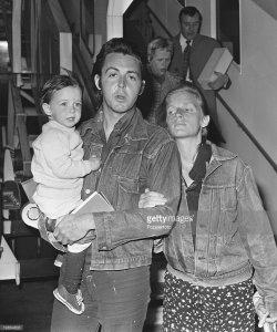 * Считаю уместным разместить в этой теме еще несколько фотоснимков. Сделаны они 25 марта 1971 года в лондонском аэропорту Хитроу, когда семейство Маккартни вернулось из США на родину.
