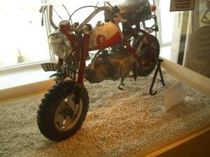Так выглядел этот байк на выставке White Feather (Белое перо) в Ливерпуле в 2011. Фото сделано 13 июля. Думаю, многие могли эту выставку посетить во время Битлз-недели в конце августа. Было объявлено что выставка сделана из вещей, которыми владели Синтия и Джулиан. На табличке (в нижнем правом углу) есть цитата Джулиана о том, что он помнит этот мотоцикл и поездки с отцом на ней (цитирую по памяти, при увеличении прочитать не удается). Но ни слова о том, что байк принадлежит какому-то третьему лицу.