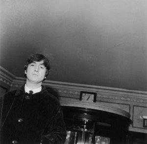 23 апреля 1964 года Джон приезжает в гостиницу «Дорчестер» в Лондоне на литературный обед Фойла после публикации его первой книги 'In His Own Write'(«В его собственной записи»).