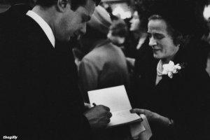 Брайан подписывает автографы на литературном обеде Фойла, 23 апреля 1964 года. Фото Теренса Спенсера