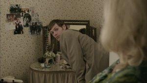 Британский детективный сериал Endeavour (пилотная серия) - главный герой Морз приходит в квартиру юной жертвы