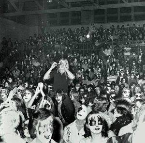 Зрители на концерте KISS в Cadillac High School Gymnasium, США, 1975