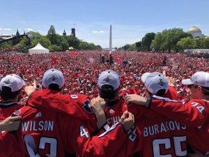 Чтобы было понятно в том числе почему у Овечкина да и всего клуба крышу снесло. ВОт так поддерживают Вашингтон в городе.
