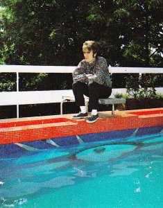 Джон у своего бассейна с волшебной мозаикой.  19 июня 1967 года