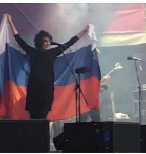 Певица Земфира вынесла флаг России после победы российской сборной над испанцами. На концерте в Минске она вышла на сцену с российским флагом.