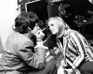 * На фотографии запечатлена первая встреча Пола Маккартни с его будущей женой Линдой Истман (Истман-Маккартни) в лондонском клубе The Bag O'Nails в мае 1967 года. «Давай поженимся, а потом вместе будем пасти овец». Автор фото – Джон Пратт.