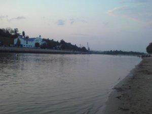 В выходной частенько на пляж ездил...45 км от Гомеля,на реку Днепр.Место называется БЕЛЫЙ берег...Красота...Но Днепр там очень глубокий и течение сумашедшее...Особо далеко не плыву..у берега плаваю...В молодости на пляже летом постоянно сидел,сейчас чё то не хочется...У Гомеля хороший пляж,на реке СОЖ.Красиво,чисто...В 70-х,все с ВЭФАМИ и Океанами на пляж ходили...Музыка везде...Ну в основном Польшу слушали,там постоянно хорошую музыку крутили...по воскресеньям-РАДИО ШВЕЦИИ...Хорошо было...сейчас ток Рэп на пляже....мозги сводит...Поэтому в Гомеле не хожу...Фото,вечер над Гомелем...Река Сож.