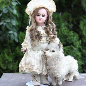 Так собака к кукле не имеет не какого отношения просто рядом поставили и сфотографировали и все.