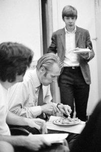 Маккартни отрывается от сочинения песни Хей Джуд, чтобы выхватить у Джорджа Мартина кусок курицы. На помощь продюсеру бежит Кен Скотт, до этого накормленный шоколадом.