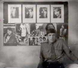 ...Зайдя, в комнату общежития с обходом, командир полка, кивнув на портреты БИТЛЗ, сказал: А это еще кто? А это..... мои...одноклассники - А чего они такие волосатые? - Так студенты - же... Понятно - сказал командир и пошел дальше. Но довольно про себя.