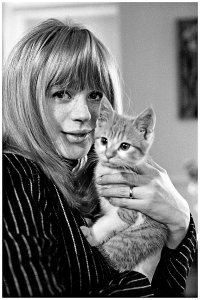 С котенком, Лондон (1965) © John 'Hoppy' Hopkins