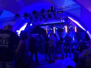 Давно собирался побывать на концерте The Pretty Things. После объявления прощального тура в 2018 году наконец собрался и побывал на концерте 23 сентября в г.Фульда (Германия). Это небольшой город в около 100 км от Франкфурта. Концерт был в Kulturkeller Fulda. Этот зал - Cavern Club-2. Это реальное подвальное помещение в старом здании 18 века. Вместимость - максимум 200 чел. На моим оценкам было не более 100 человек. Так что прямое общение группы и зрителей было обеспечено.